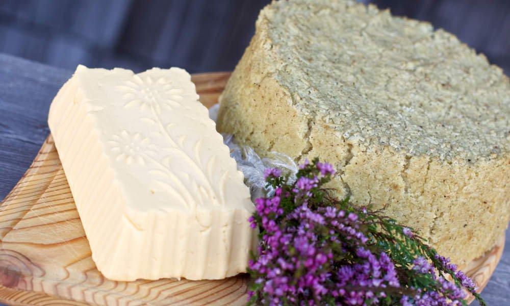 Graukäse und Butter auf Jausenbrett